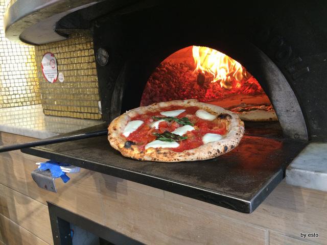 Rossopomodoro a Eataly Chicago Francesco Montuori la Margherita con pomodoro fresco