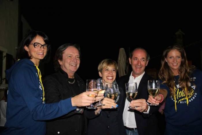 Sarah Dei Tos tra Zaia, Red Canzian e le due campionesse Imoco Volley