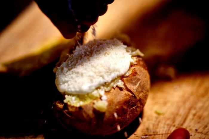 StreEat Mood, la patata alla cenere con pesto di guanciale irpino e caprino Malvizza