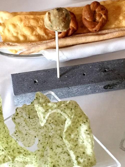 Taverna Estia, chips alle alghe con polpettine di melenzane