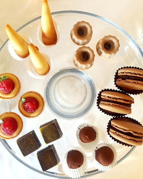 Taverna Estia, dolci-Cannoletto-ganascia al cioccolato con arancia e miso- tartufo alloro e rosmarino- macaron-gelè di gianduia e caffè- lampone