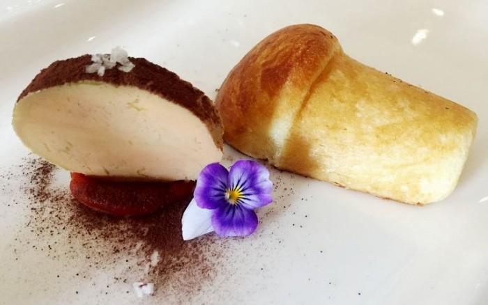 Taverna Estia, foie gras su purea di fragola, polvere di cacao e babà