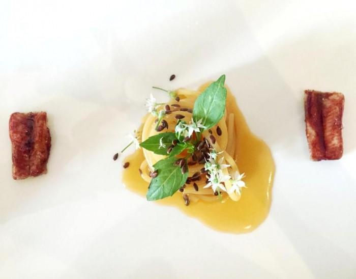 Taverna Estia, spaghettone mantecato in acqua di pomodoro, semi di lino, germogli d'aglio ed anguilla laccata ai frutti rossi