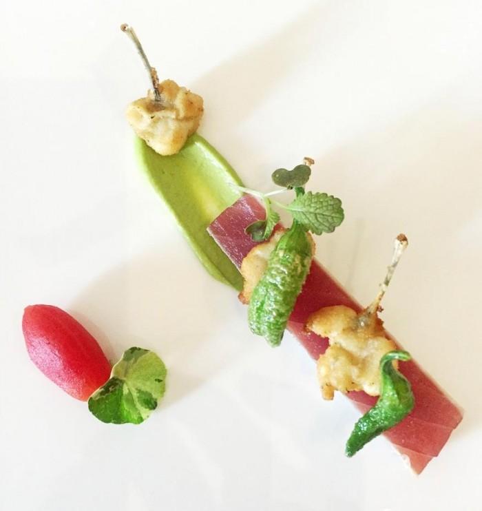 Taverna Estia, tonno in cottura tataki, purea di peperoncino verde del fiume, coscette di rana fritta e pomodorino alla vaniglia