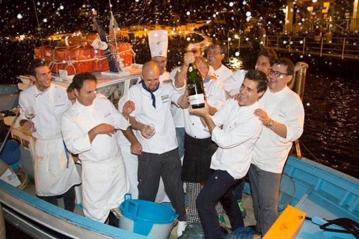 """Wine & Food Safari, Pasquale Palamaro e Enzo Coccia danno il via al """"bagno"""" finale a bordo del peschereccio con il Magnum offerto da Ferrari"""