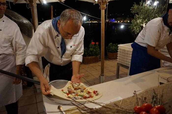 """Wine & Food Safari, il Maestro Pizzaiuolo Enzo Coccia mentre realizza la pizza """"Regina Isabella"""""""