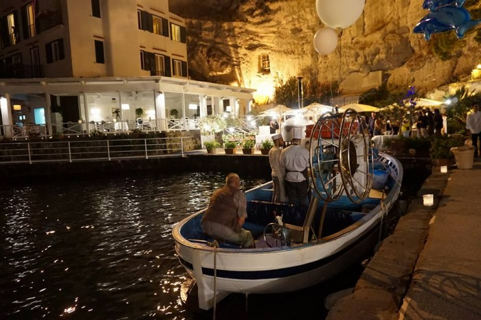 Wine & Food Safari, scenografico peschereccio allestito per i crudi di pesce dalla Pescheria Branco di Ischia Ponte