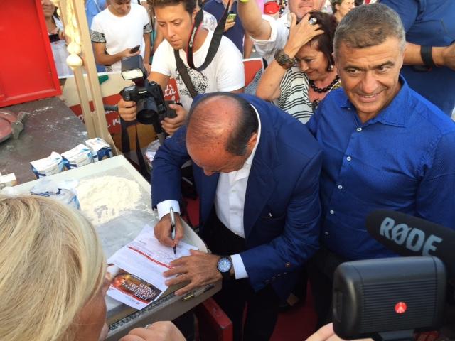 Bruno vespa firma la petizione con Pecoraro Scanio