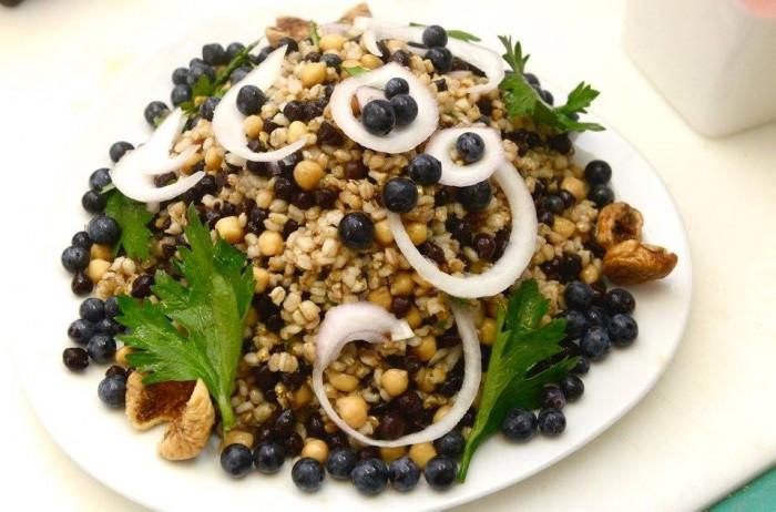 3Voglie, insalata d'orzo nudo con ceci di cicerale, ceci neri, cipolla ed uva da vino