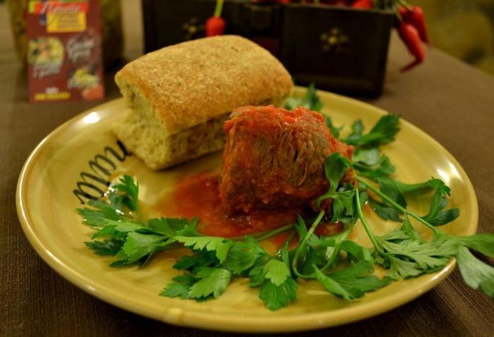 Assaggi di Territorio, ragù di braciola di capra su biscotto di pane