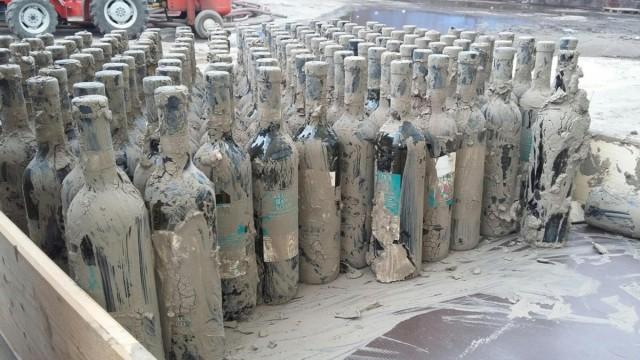 Le bottiglie coperte di fango della Cantina di Solopaca