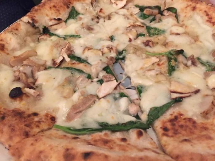Coccia, pizza con i funghi porcini italiani