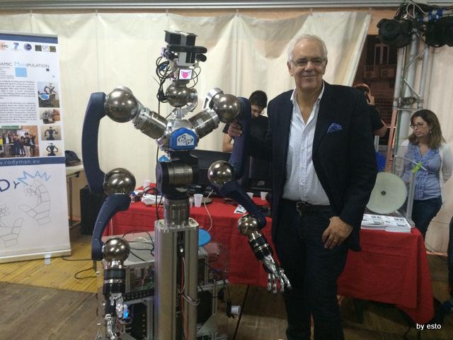 Il prof. Bruno Siciliano con il robot che acquisisce e riproduce i movimenti di Enzo Coccia