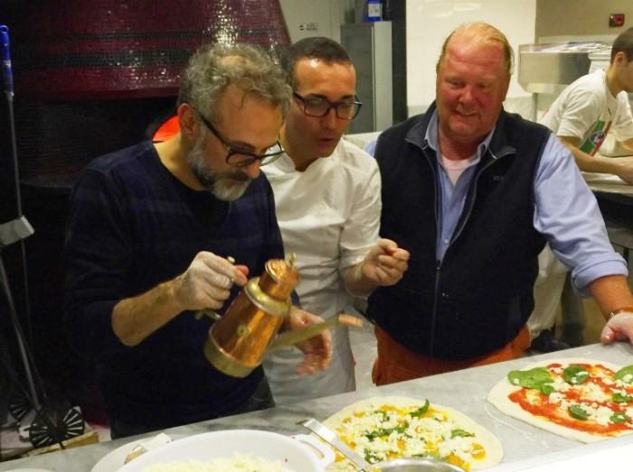 Massimo Bottura fa la pizza da Sorbillo con Batali