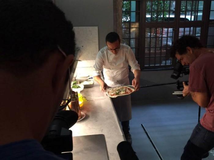 MasterChef a Napoli, Gino Sorbillo mentre prepara una pizza