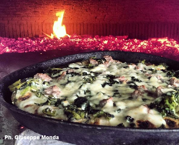 Panificio Santa Lucia. Pizza salsiccia e friarielli