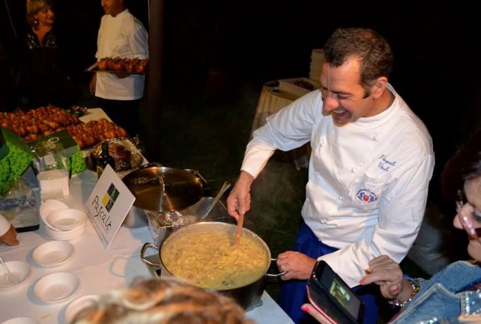 Pasquale Vitale mentre prepara la pasta patate e provola - foto di Mariano Lauro