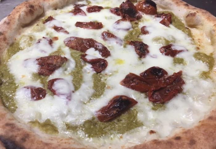 Pizza al wasabi di friariello napoletano con colatura di bufala e pomodoro secco