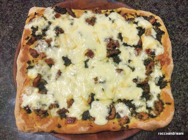 Pizza in teglia casalinga. Salsiccia, friarielli e scamorza.
