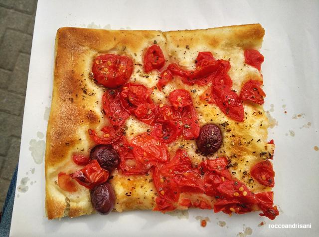 Pizza in teglia. Focaccia pomodorini e olive