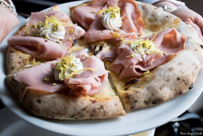 Pizza mortadella e pistacchio di Franco Pepe