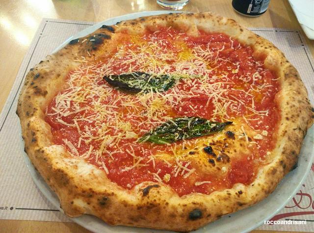 Pizza tonda classica. La cosacca dei Fratelli Salvo. San Giorgio a Cremano (NA)