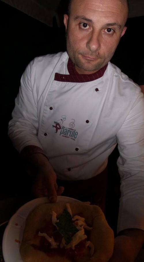 Pizzaiolo dell'Alleanza Slow Food Giuseppe Pignalosa del ristorante e pizzeria Le Parùle di Ercolano con la montanara fritta con pomodorini del piennolo del Vesuvio