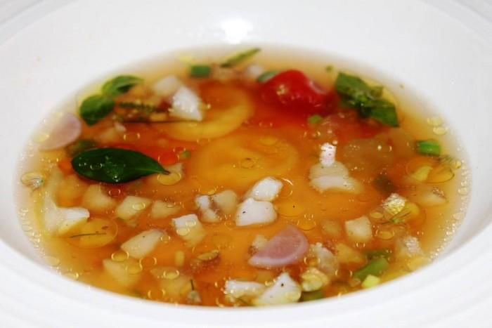 S'Apposentu di Casa Puddu, brodo di gallina con erbe aromatiche, funghi, crudo di pesce e raviolini di casu axedu