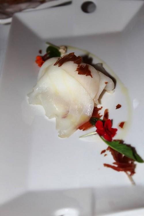 S'Apposentu di Casa Puddu, gelato di cipolle del campidano con ricciola di fondale affumicata in casa e prosciutto croccante