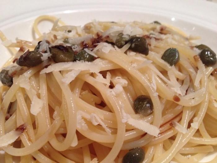 Spaghetti Rummo capperi, garum all'aglio e mosto cotto