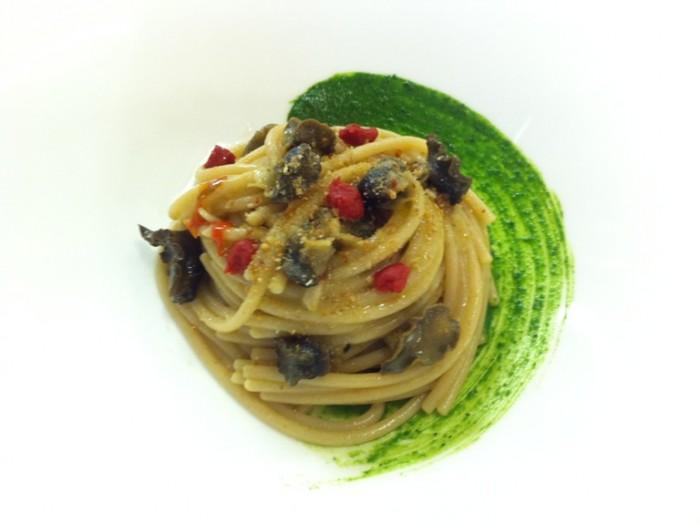 Spaghetti Rummo integrali con lumache, crema di prezzemolo e concentrato di pomodoro