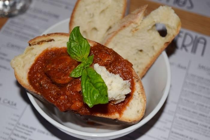 Upnea, il cozzetiello di pane col ragù