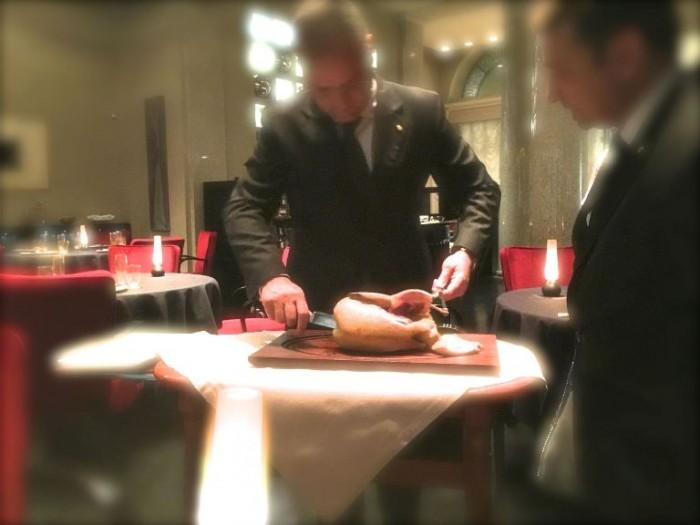 il nuovo ristorante Marchesi, il primo momento del servizio dell'anitra