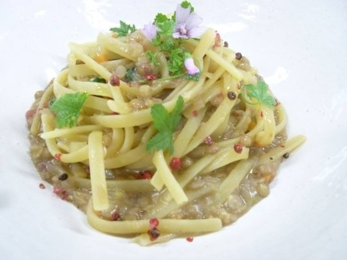 linguine Rummo spezzate con lenticchie in umido, malva e pepe e pepe rosa