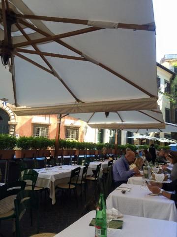 Taverna degli Amici, i tavoli all'esterno
