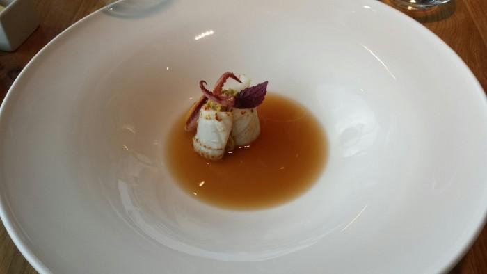Alice Ristorante, crema di ceci al curry, olio all'estratto di rosmarino, brodo di calamari e calamaro scottato