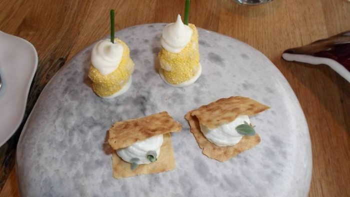 Alice Ristorante, pane carasau con baccakà mantecato e pacchero fritto con mousse di parmigiano ed erba cipollina