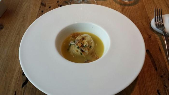 Alice Ristorante, superspaghettino con brodo affumicato, julienne di calamaro, vongole e polvere di tarallo e limone