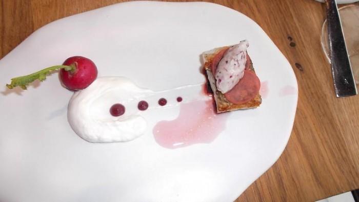 Alice Ristorante, trancio di ombrina con centrifugato di ravanello, salsa di yogurt, crema di barbabietola e lardo di cinta senese battuto