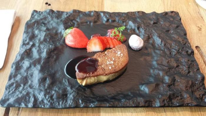 Alice Ristorante, foie gras doppia cottura, scaloppa e ganache, salsa di fragola, confettura di fragola e cedro e fragola all'argilla bianca