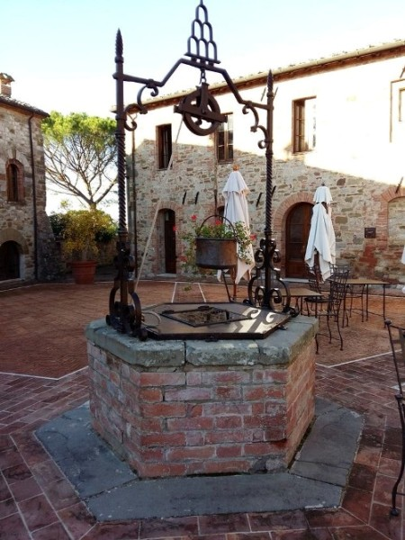 Castel Monastero, la piazza del Borgo