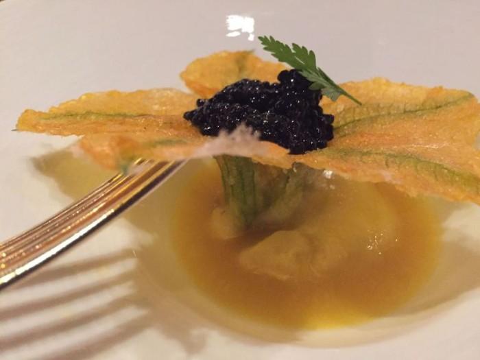 Heinz Beck, fiore di zucca su fondo di crostacei e zafferano con caviale