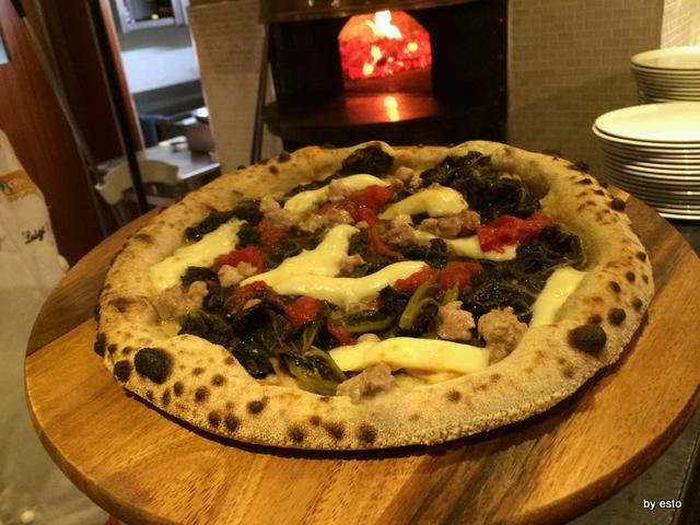 Hungry People, il bancone e il forno per la pizza