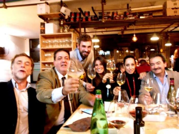 In Cantiere, parte del gruppo Slow Wine, da sx Alberto Capasso, Luciano, Simone Lucchesani, Adele Granieri, Teresa Mincione ed Ugo Baldassarre