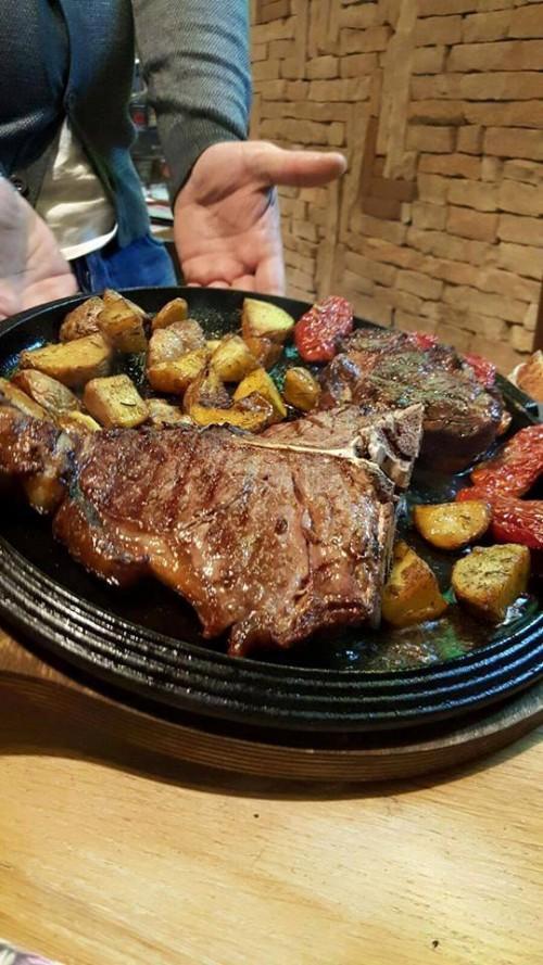La Spelunca. T-bone i Black Angus America e filetto,  patate a tre cotture e pomodori secchi