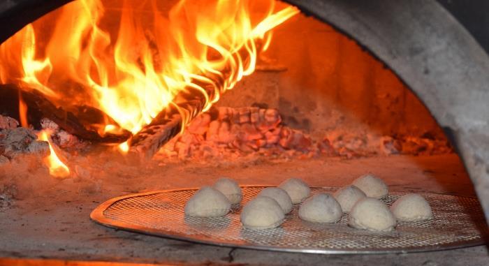 La cottura dei bon bon di cioccolato nel forno a legna