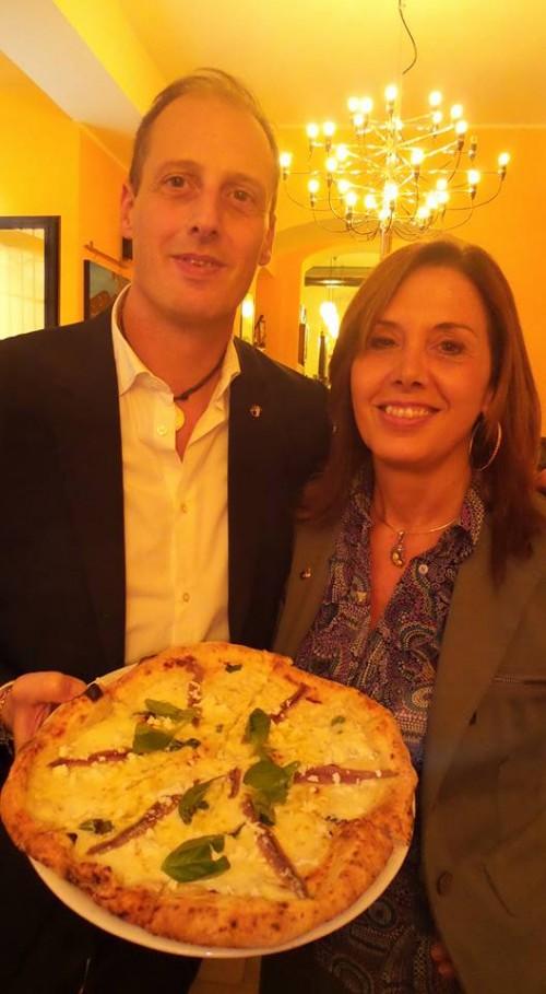 Massimo e Lorella Di Porzio e la pizza corricolo con mozarella e alici di menaica