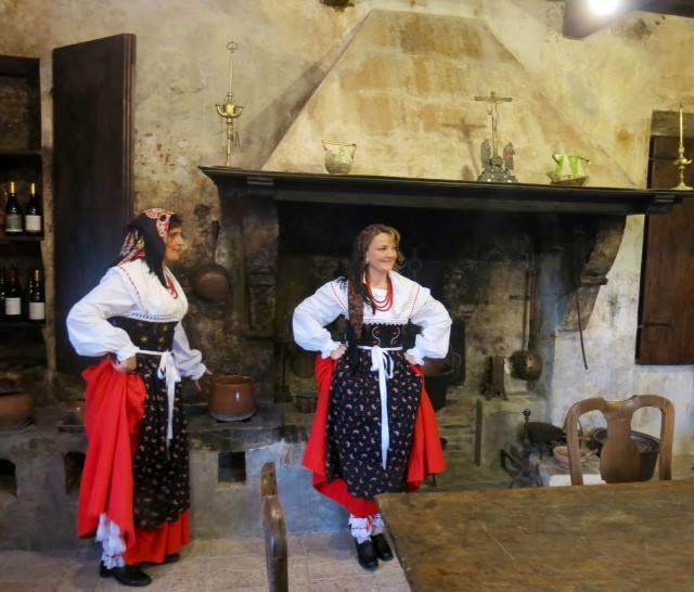 Palazzo Piersanti, la cucina e le donne in abiti tipici
