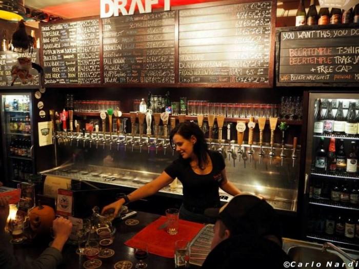 Particolare del banco spine e del suo lavagnone con le birre on tap disponibili del Beer Temple