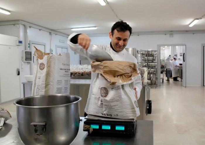 Pasquale Marigliano mentre pesa la farina